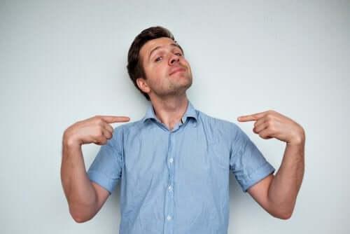 Нарцистично разстройство на личността: снимка на един мъж, който сочи към себе си