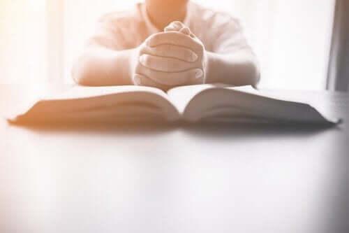 Отворена книга и един човек до нея