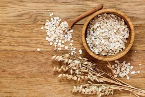 За да намалите холестерола: снимка на овесени ядки в купичка