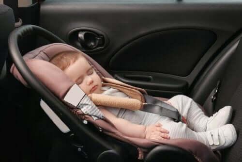 Снимка на спящо бебе в кола, в детско столче