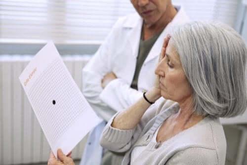 Стара жена на преглед за очите