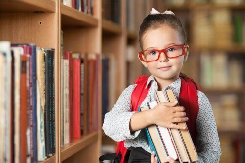 Най-доброто училище: снимка на момиче, което държи книги