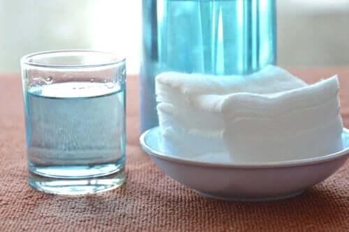 снимка на водороден пероксид в чаша