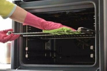 7 начина за почистване на тавите на фурната
