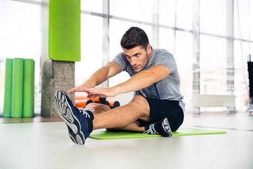 Преди физически упражнения: снимка на млад мъж, който прави упражнения