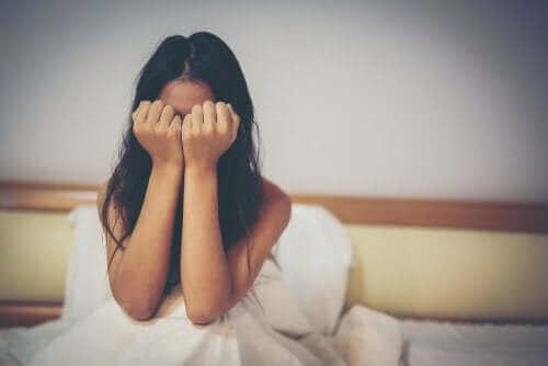 Тормозът над деца: снимка на плачещо момиче, което е скрило лицето си