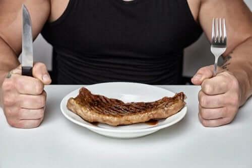 Кетогенната диета цели ограничаване приема на въглехидрати.