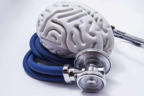 Основно неврокогнитивно разстройство: снимка на макет на мозък, обвит с лекарска слушалка