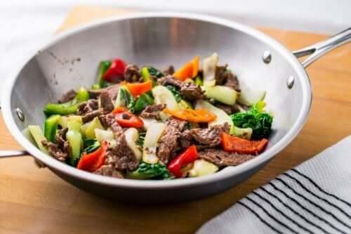 Месо и зеленчуци в кръгъл голям тиган