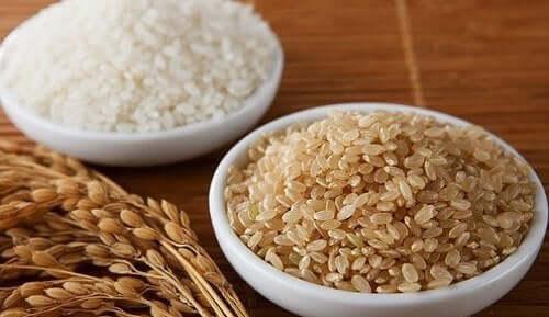 Бибимбап: снимка на кафяв и бял ориз в купички