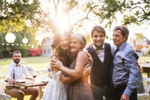 Като майка на булката: снимка на сватбен ден, булката с майка си и младоженеца