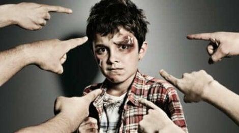 Тормозът над деца: снимка на едно тормозено момче и много ръце, които го сочат с пръст