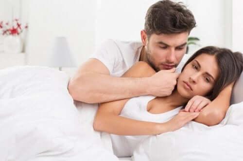 Снимка на мъж и жена в леглото