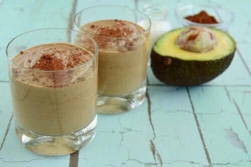Две чаши с десерт с авокадо и шоколад