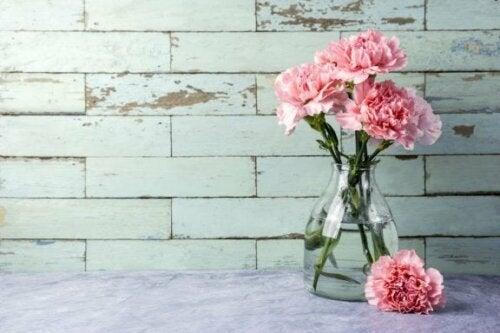 Карамфили във ваза