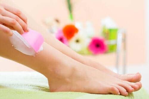 Снимка на женски крака и една ръка нанася крем за епилиране