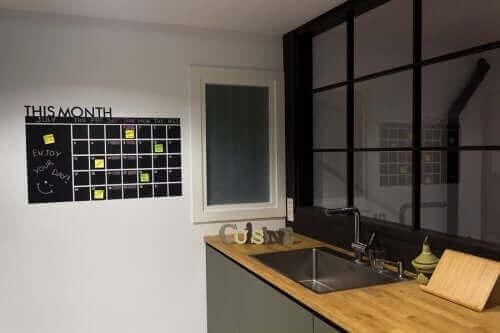 Кухня с организационно табло на стената