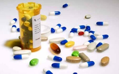 Лекарство за COVID-19: снимка на различни таблетки лекарства