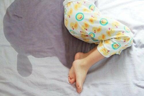 Неволното изпускане на урина при децата може да е породено от стрес.