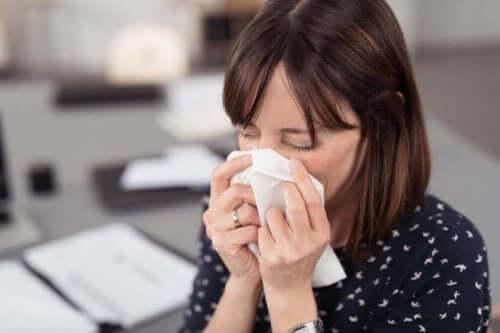 Заразяване и разпространяване на коронавирус: кихаща, настинала жена