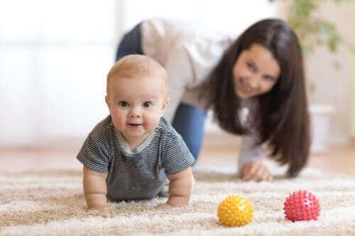 Съвети как да накарате бебето да пълзи