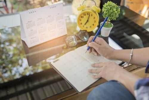Организационно табло: човек, който си прави план със задачите, които трябва да свърши