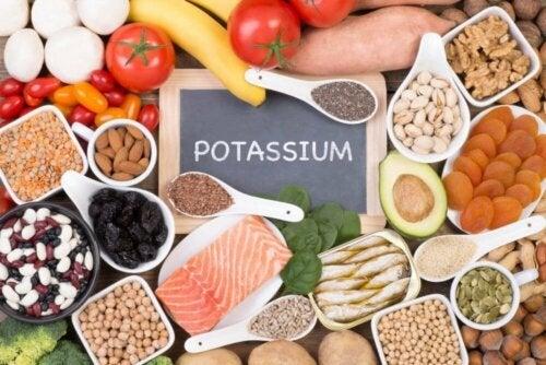 Снимка на различни видове храни, които съдържат калий