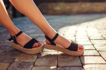 Три начина за премахване на неприятната миризма от сандалите