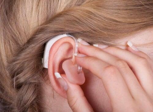 Слуховият апарат е един от начините за лечение на загуба на слух.