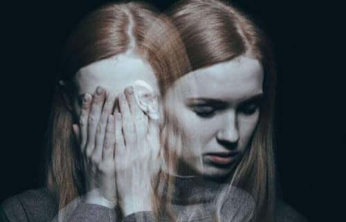 Синдромът на изтормозената жена: снимка на лице на млада жена, която изглежда много разтревожена
