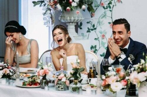 Сватбеното меню: Снимка на булка и младоженец на маса, заедно с шаферка