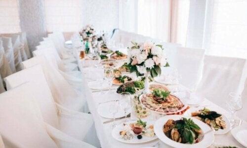 Красиво подредена сватбена маса