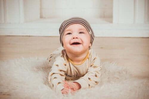 Усмихнато бебе на килимче