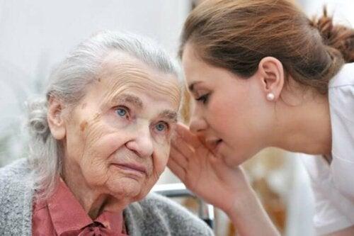 С напредването на възрастта слухът намалява.
