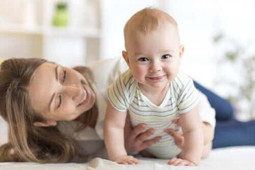 Да накарате бебето да пълзи: снимка на усмихнато бебе и майка му