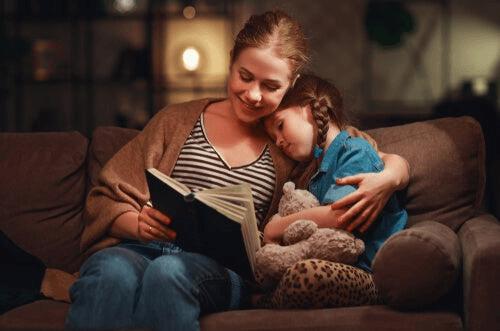 Снимка на майка и дъщеря, прегърнати