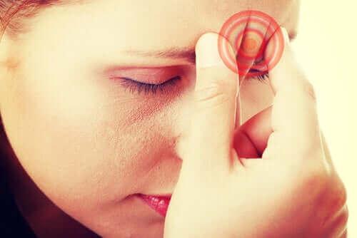 Главоболия при кашлица: снимка на жена с главоболие
