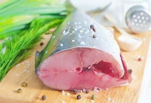 Консумацията на лефер: парче риба на дървена дъска