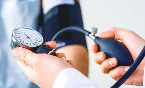 Доктор мери кръвното налягане на пациент