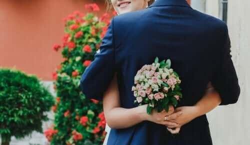 Булка и младоженец прегърнати