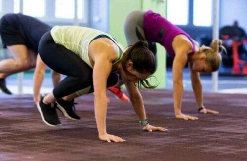 Няколко жени правят упражнението бърпи