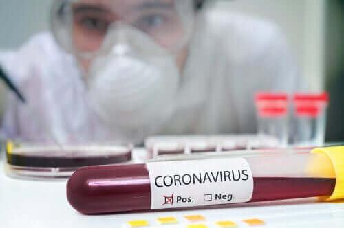 Повторно заразяване с коронавирус: кръв в епруветка и лекар с маска