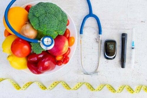 Диета срещу коронавируса: снимка на плодове и зеленчуци в чиния и слушалка