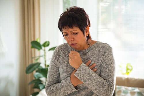 Когато болният кашля, той разпространява заразата.