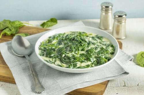 Крем супа със спанак, сирене и зеле
