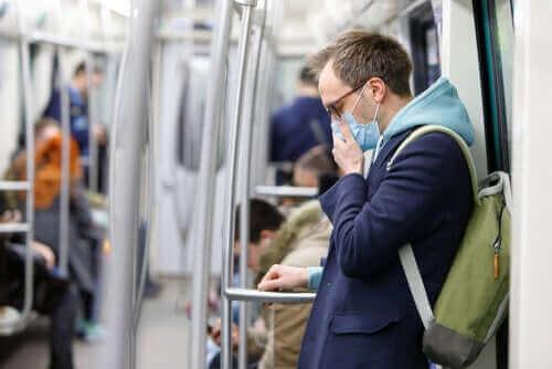 Мъж с маска във влак на метрото