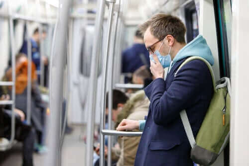 Митове за коронавируса: мъж с маска на лицето, пътува в обществен транспорт