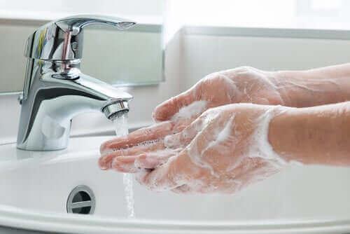 Миене на ръце със сапун