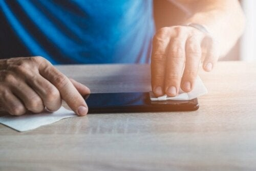 Мъж почитва екрана на мобилния си телефон