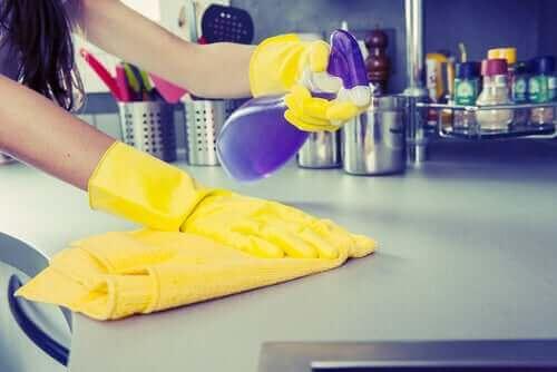 Коронавирусът върху повърхностите: почистване с препарат